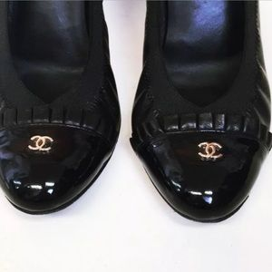 CHANEL Escarpins CC Logo Patent & Leather Pumps